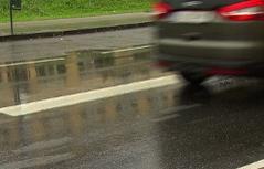 Extrabreite Bodenmarkierung auf Straße