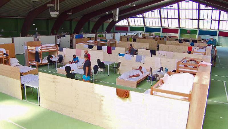 Flüchtlingsunterkunft in Tennishalle
