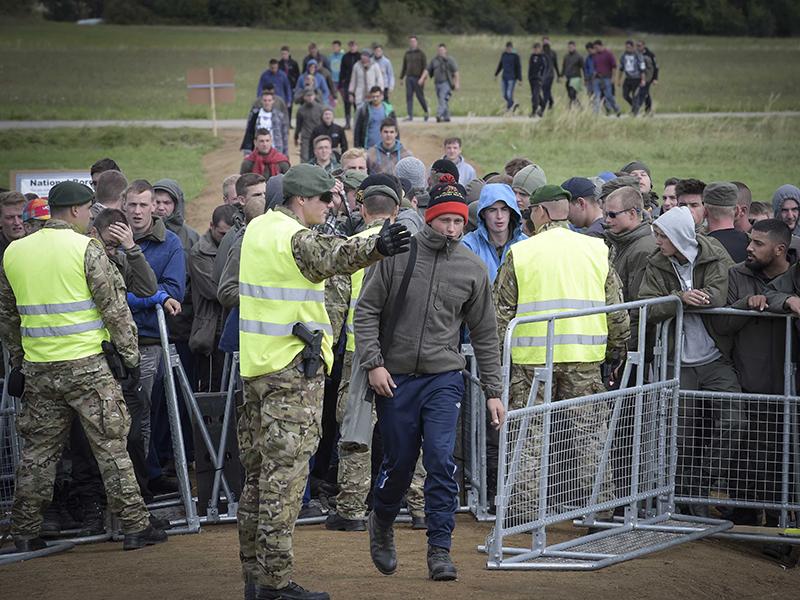 Soldaten üben den Einsatz gegen anstürmende Flüchtlinge