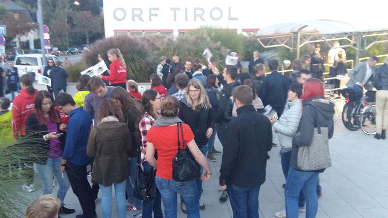 Befürworter und Gegner der Olympiabewerbung vor dem ORF Landesstudio