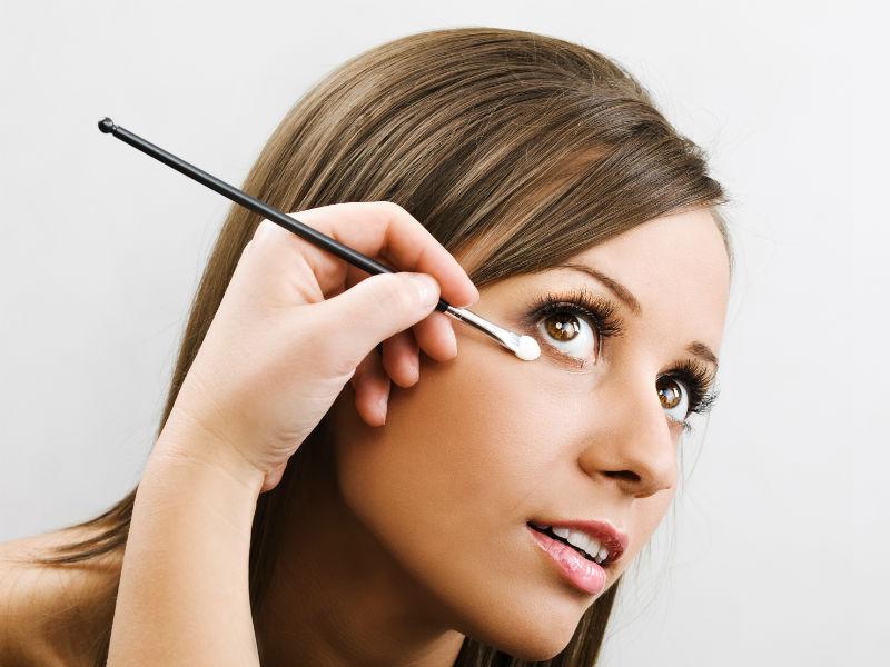 Frau schminken Augen