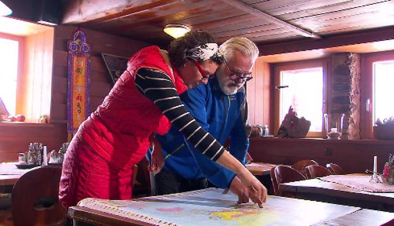 Gottfried Wieser und Darja Kous mit Weltkarte