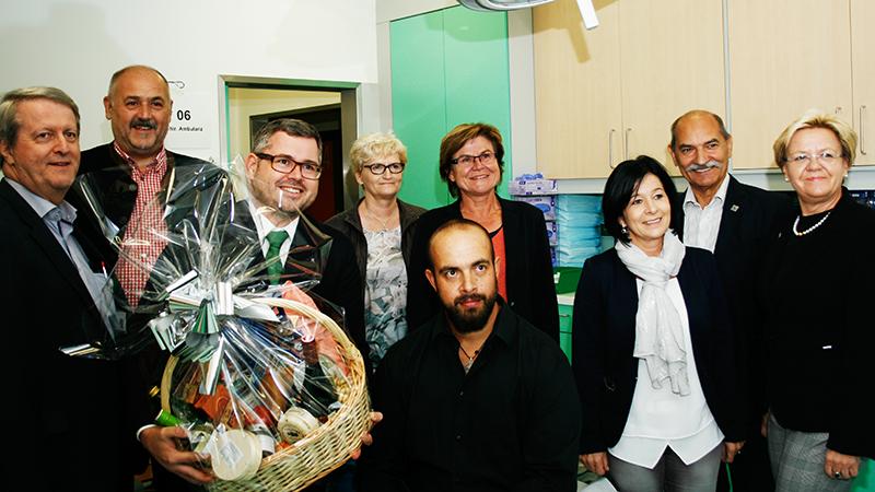 NÖGUS-Vorsitzender Landesrat DI Ludwig Schleritzko überreicht ein Geschenk an den 4.000sten ambulanten im Landesklinikum Gmünd, Herrn Zdenek Tomas.