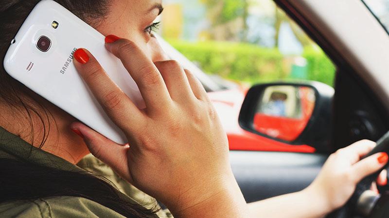 Auto, Zweitauto, Straße, Verkehr, Mobilität, Autobahn, Handy am Steuer, Telefonieren am Steuer