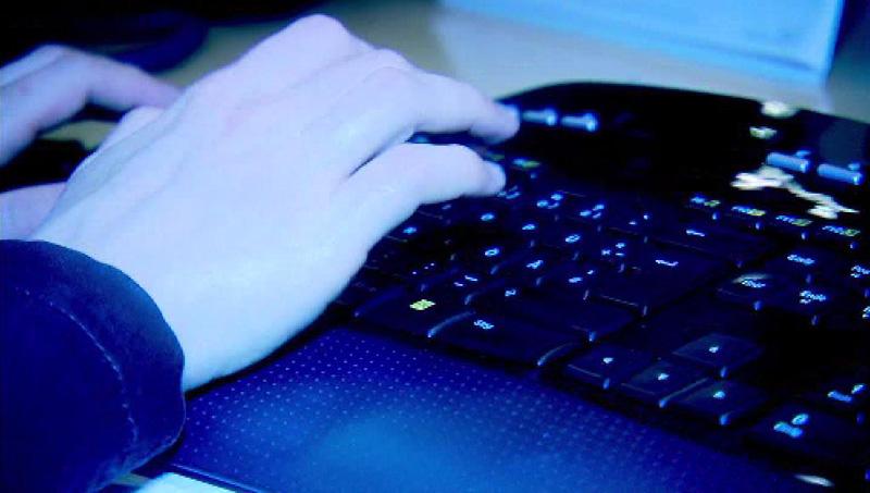 Hände auf Computer-Tastatur