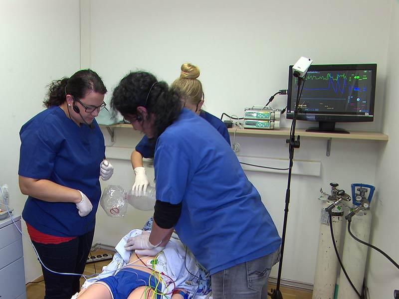 Notfall Kinder Kind Krankenhaus Übung Training Wiederbelebung Arzt Ärzte