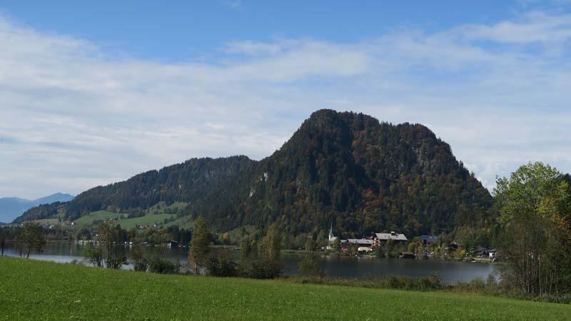 Blick vom Ostufer westwärts zum Ort Walchsee