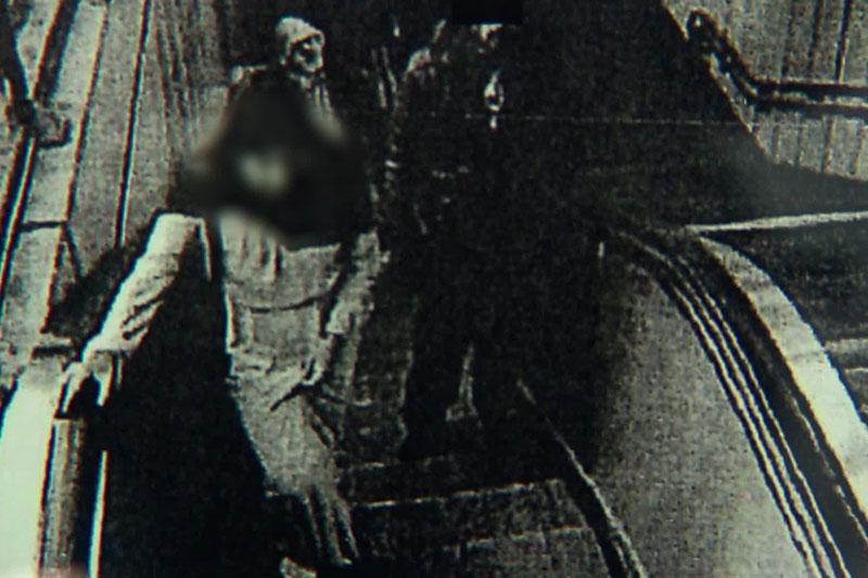 18-Jähriger hinter 14-Jähriger auf Rolltreppe