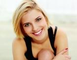 Blonde Frau lächelt