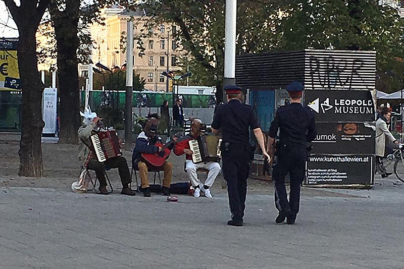 Pferdemasken Musikanten Polizei