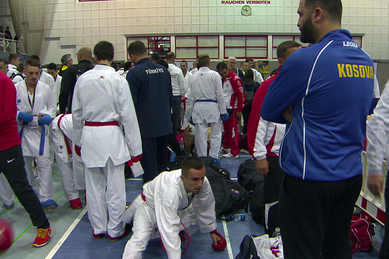 Teilnehmer des Karateturniers in der Sporthalle Alpenstraße in der Stadt Salzburg