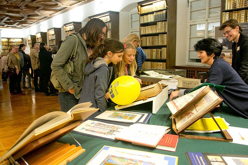 Besucher bei der Langen Nacht der Museen in der Salzburger Universitätsbibliothek
