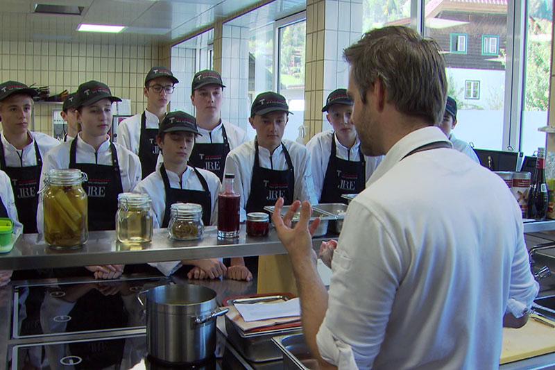 """Haubenkoch Vitus Winkler mit den Schülern der Kochklasse (""""Meisterklasse Kulinarik"""") in der Tourismusschule Bad Hofgastein"""