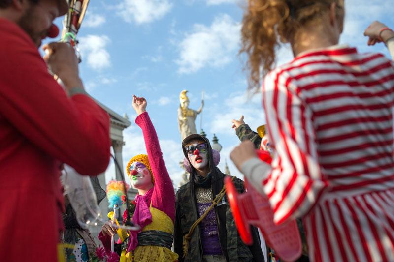 Clowns bei Demo gegen Verhüllungsverbot