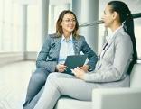 Zwei Frauen führen ein Gespräch