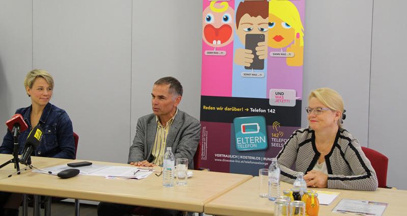 V. l.: Barbara Lanzerstorfer-Holzner (Projektleiterin ElternTelefon), Adrian Kamper (Klinikum Wels-Grieskirchen), Silvia Breitwieser (Leiterin TelefonSeelsorge OÖ)