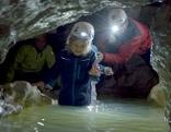 Bei einer Höhlenführung durch die Kreidelucke in Hinterstoder geht es auch durchs Wasser – ein Höhepunkt der unterirdischen Wanderung.