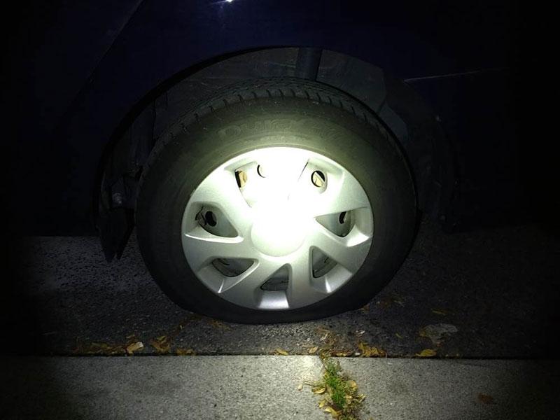 Eines der beschädigten Autos - ausgestochener Reifen
