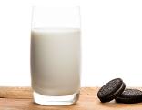 Glas Milch mit Keksen