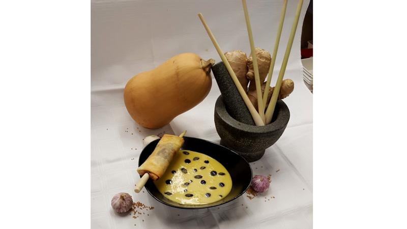 Kürbiscremesuppe mit Kürbisknupperröllchen
