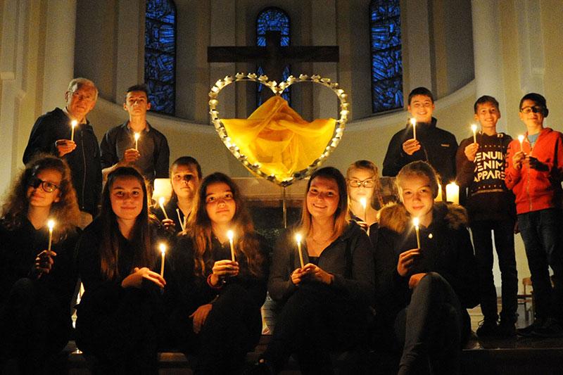 Menschen mit Kerzen