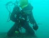 Feuerwehrtaucher bei der Arbeit unter Wasser