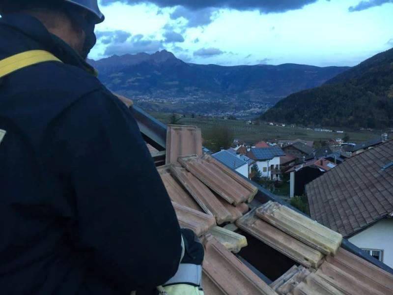Feuerwehrmann auf Dach