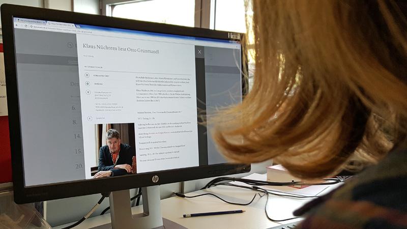 Frau schaut auf Bildschirm