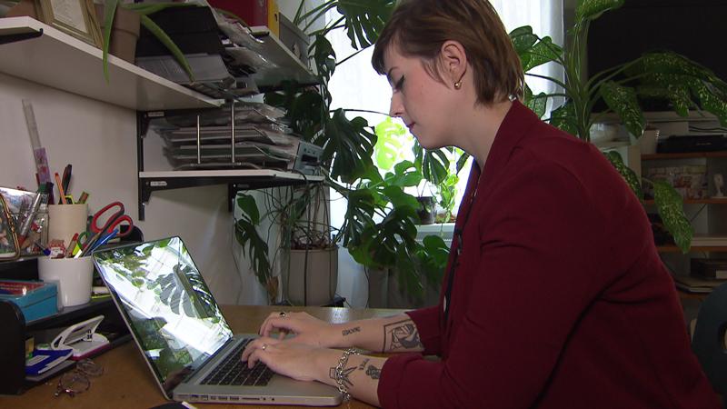 Jaqueline Scheiber schreibt am Laptop