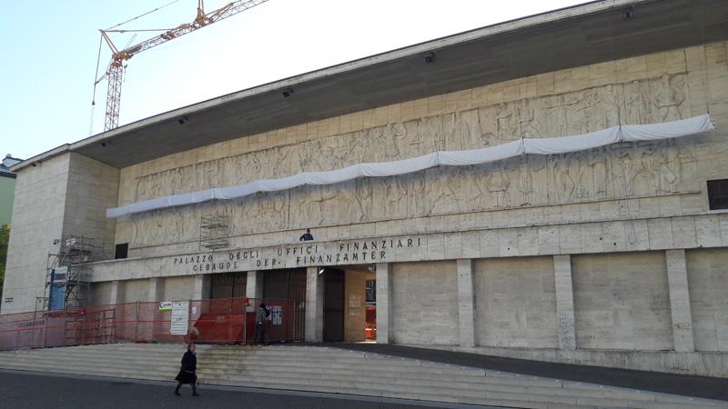 Gerichtsplatz in Bozen mit verhüllte Installation auf dem Mussolini-Relief