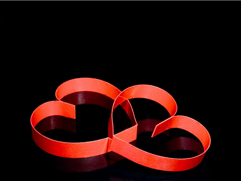 Zwei verbundene rote Herzen