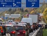 Stau auf der Westautobahn (A1) bei der Abfahrt Salzburg Flughafen