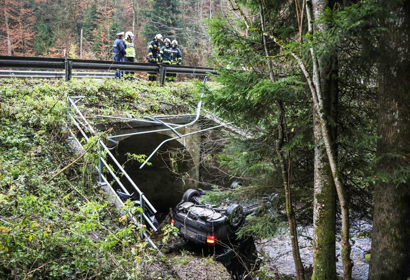 Mit Auto in Bachbett gestürzt