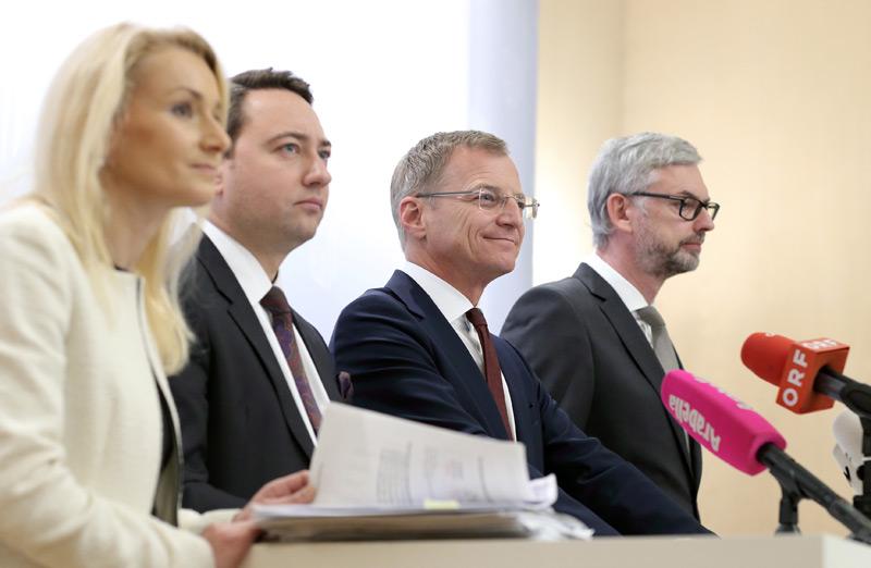 Christiane Frauscher (Finanzdirektorin Land OÖ), LH-Stv. Manfred Haimbuchner, LH Thomas Stelzer, LH-Stv. Michael Strugl