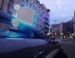 Polizeiauto fährt mit Blaulicht durch die Stadt