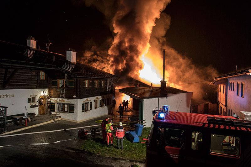 Brennender Stall eines Bauernhofes auf dem Obersalzberg
