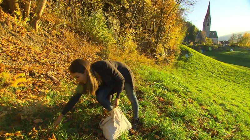 Jasmin Castagnaro beim Blätter sammeln
