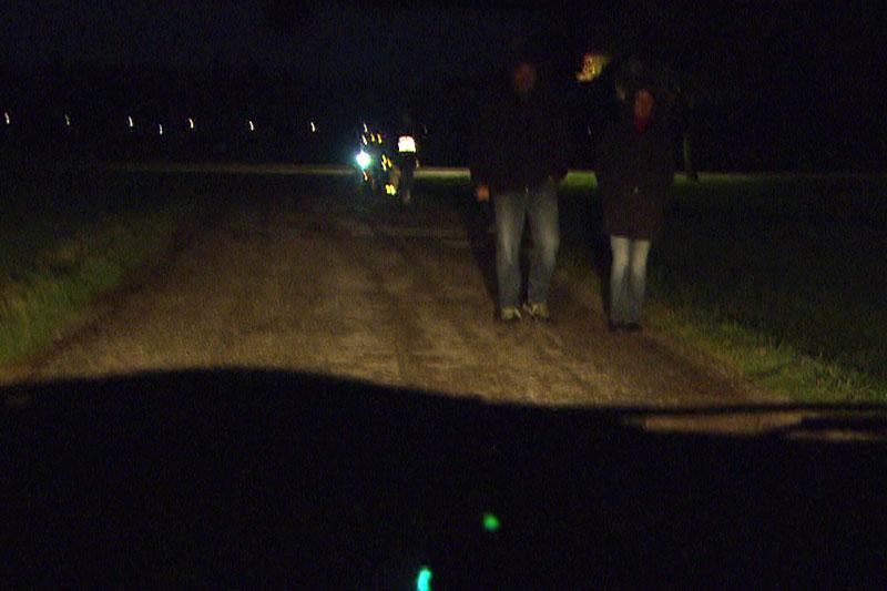 Fußgänger in der Dunkelheit auf der Straße