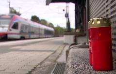 Grabkerze zum Gedenken auf Bahnsteig der Bahnstation Puch bei Hallein