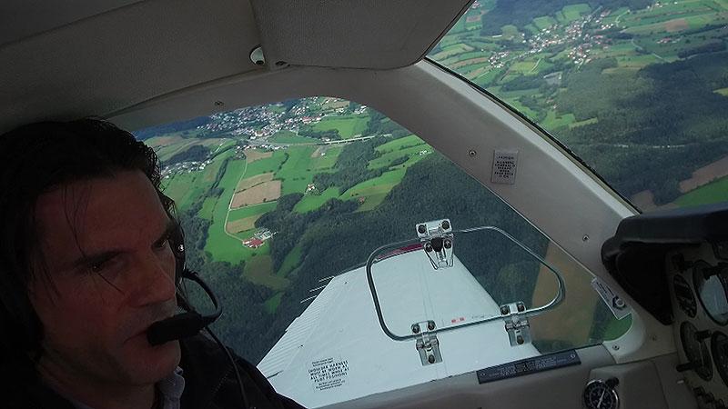 Peter nussbaumer beim Fliegen im Flugzeug