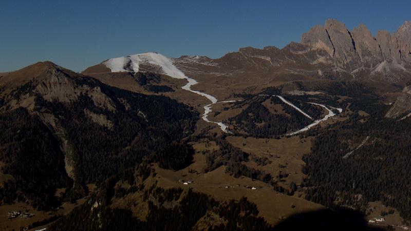 Braune Winterlandschaft mit Skipiste