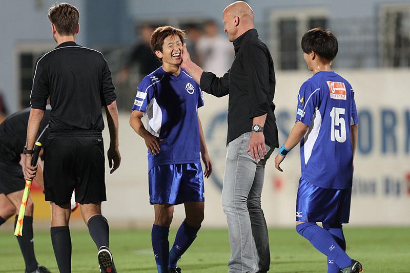 Trainer mit Fußballspieler