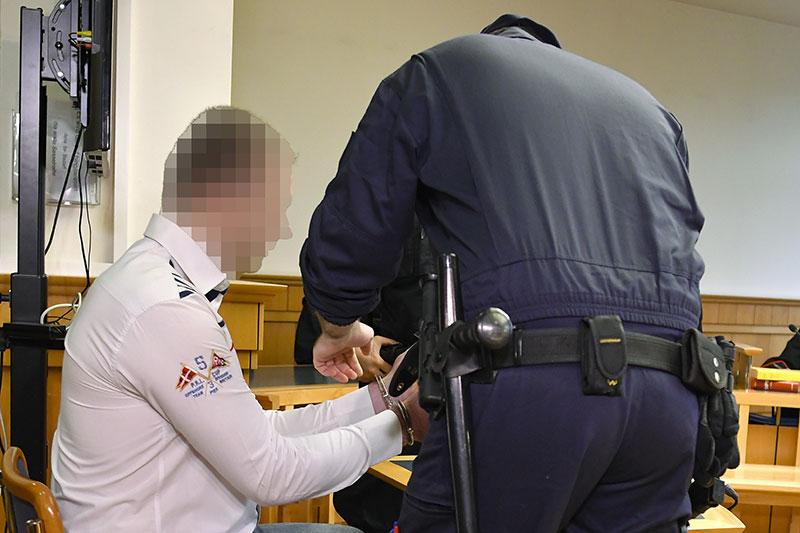 Angeklagter auf dem Weg zum Prozess