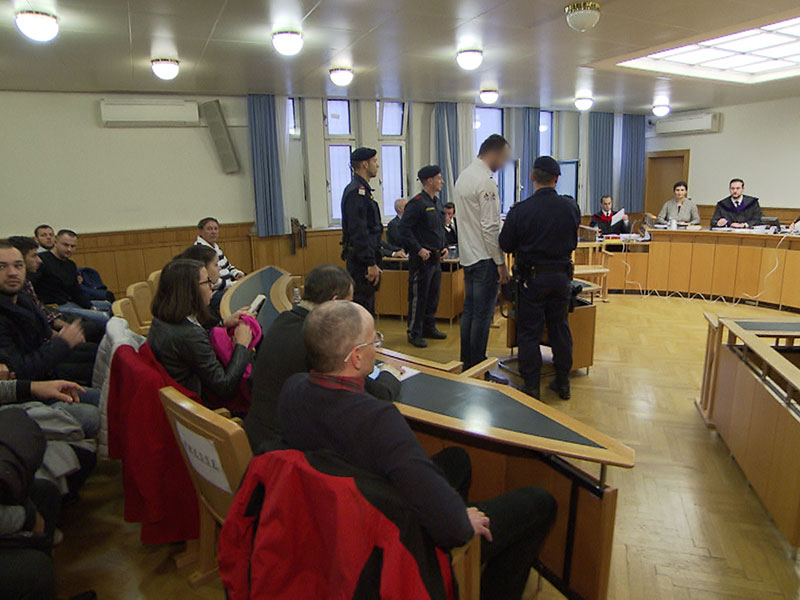 Mordprozess nach Kopfschuss: Der Angeklagte am zweiten Prozesstag vor Gericht