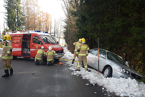 Unfallauto mit Feuerwehrleuten bei Saalfelden
