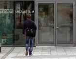 Eingangstür der Universität Mozarteum in der Stadt Salzburg