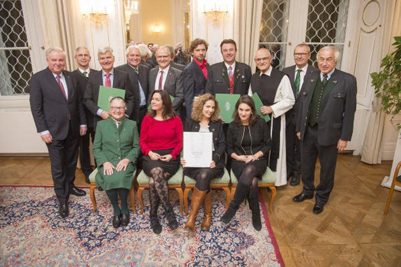 Schützenhöfer (l.) mit den diesjährigen Preisträgerinnen und Preisträgern sowie den beiden Vorstandsmitgliedern des Steirischen Gedenkwerks, Klaus Poier (2.v.r.) und Gerald Schöpfer (r.)