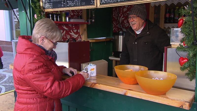 Karl Kanitsch und Pepi Sturm beim Kaffee ausschenken