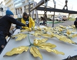 Abtransport von Bestandteilen der Blätterkuppel der Secession