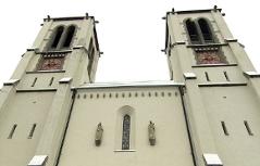Türme und Fassade der Andräkirche in der Stadt Salzburg am Mirabellplatz